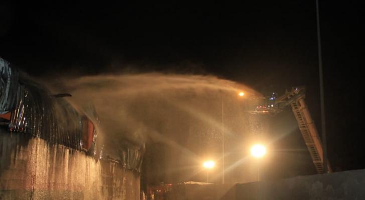 كوادر الادفاع المدني تخمد الحريق