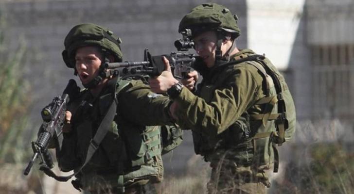 جيش الاحتلال يطلق النار على فلسطيني بزعم محاولته دهس جنود