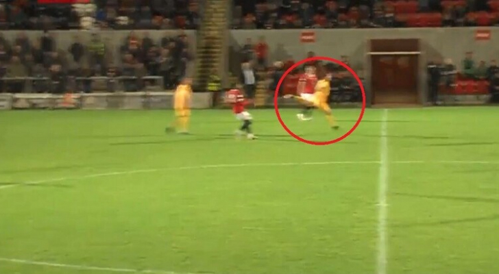 هدف نادر بضربة رأسية من منتصف الملعب