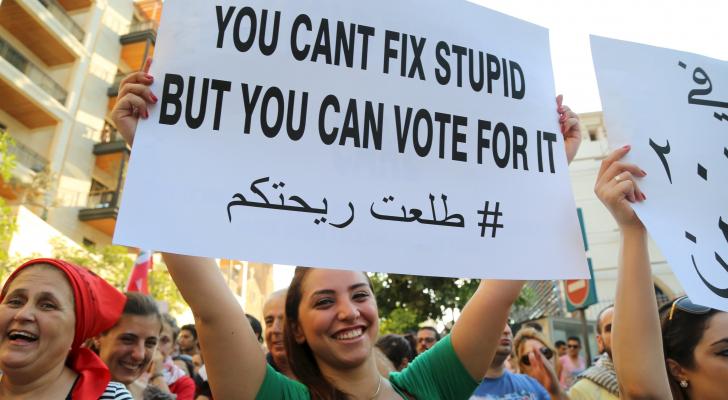 اللبنانيون يستخدمون حس الفكاهة للتعبير عن غضبهم تجاه الواقع الاقتصادي