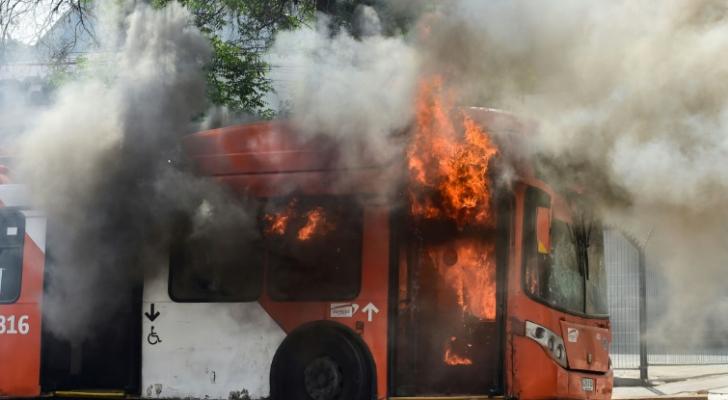حافلة أحرقها المتظاهرون في سانتياغو