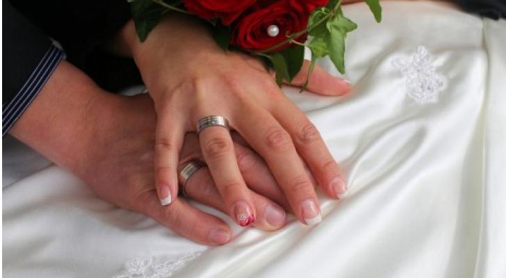 عروسين في حفل زفاف - ارشيفية
