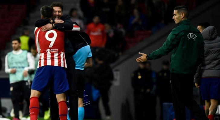 الفارو موراتا يحتفل مع مدربه في أتلتيكو مدريد دييغو سيميوني