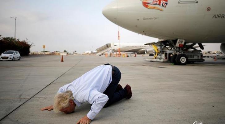 الملياردير البريطاني برانسون يقبل الأرض بعد  بعد هبوطه في تل أبيب