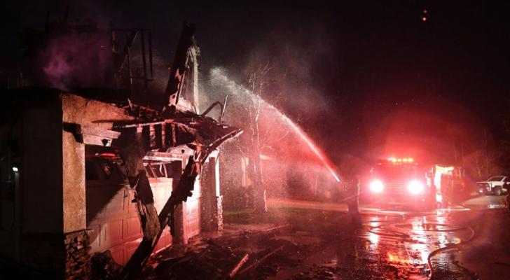اطفائيون يحاولون اخماد حريق قرب سانتا كلاريتا في كاليفورنيا