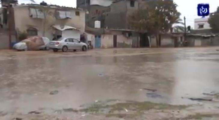 مياه الأمطار تفاقم معاناة اهالي قطاع غزة وسط انعدام أساسيات الحياة