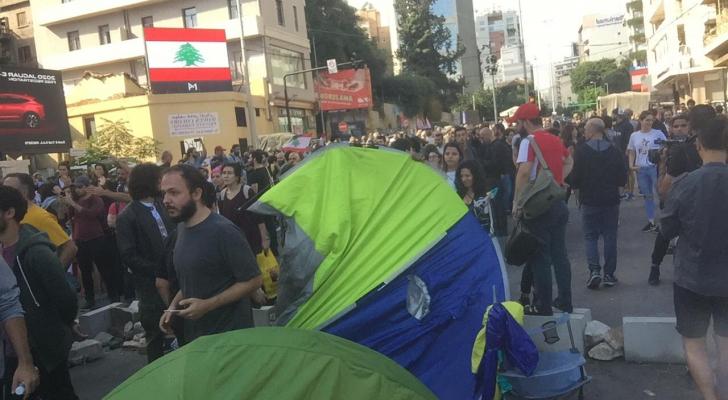 رؤيا ترصد الاشتباكات عند جسر الرينغ في بيروت بين متظاهرين ومواطنين بسبب قطع الطريق