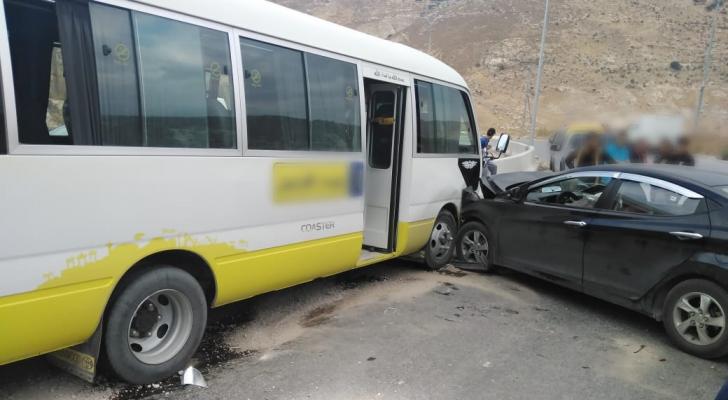 إصابة 16 شخصا بحادث تصادم حافلة ركاب ومركبة في إربد