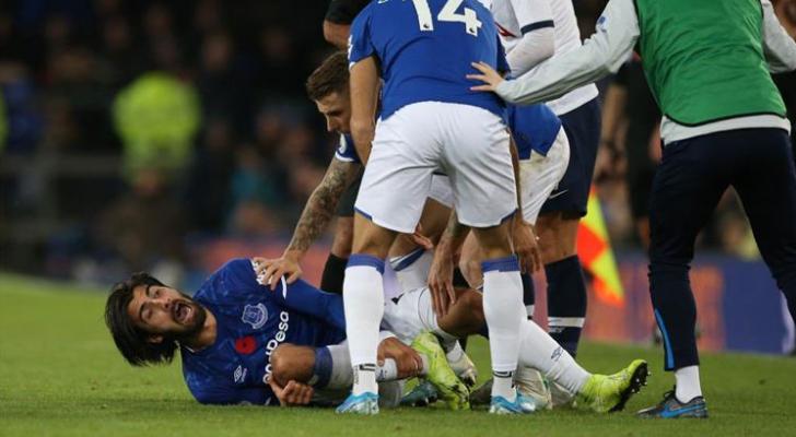 إصابة مروعة لـ أندريه جوميز تتسبب في هلع لاعبي توتنهام وإيفرتون