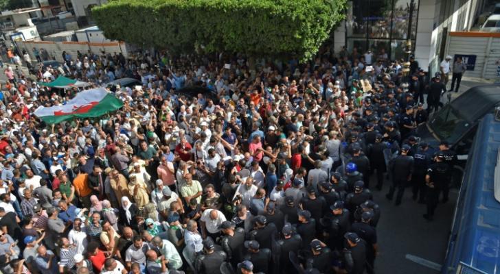 شرطة مكافحة الشغب الجزائرية تنتشر امام متظاهرين ينددون بقانون حول المحروقات في العاصمة