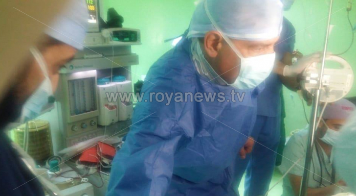 وزير الصحة يشارك في العملية الجراحية لأحد مصابي حادثة جرش الأثرية