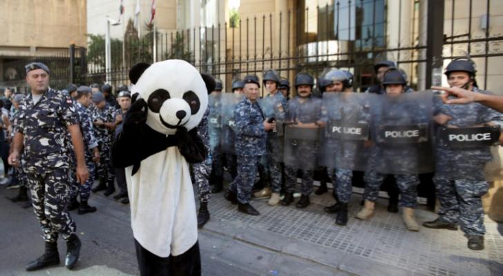 لبناني متنكر بزي دب الباندا يشارك في تظاهرة ضد الطبقة السياسية في بيروت