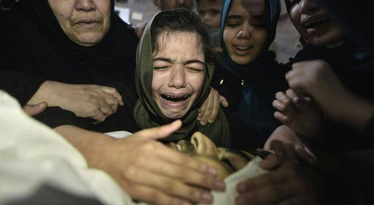 طفلة فلسطينية تودع والدها الشهيد بقطاع غزة