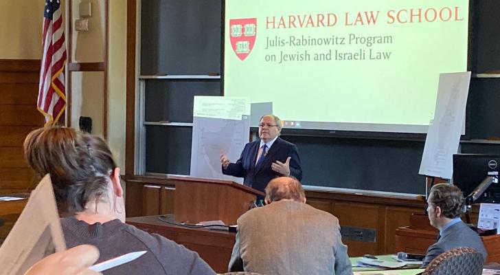 طلاب بجامعة هارفارد الأمريكية ينسحبون من محاضرة للقنصل في حكومة الإحتلال