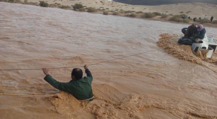 انقاذ 4 أشخاص من جنسية عربية حاصرتهم المياه في وادي الأزرق