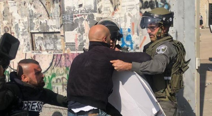 جانب من اعتداء جنود الاحتلال على الصحفيين