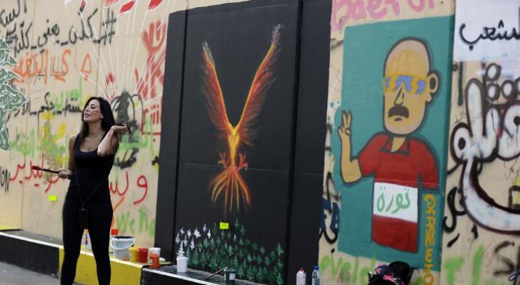 """رسوم غرافيتي """"الثورة"""" تجتاج أحياء وسط بيروت"""