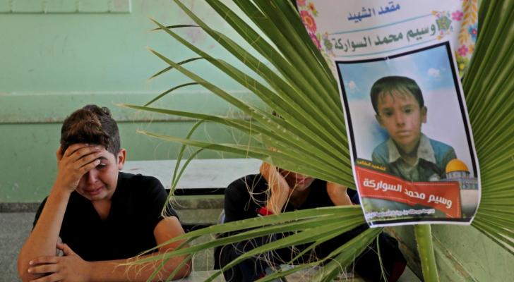 طفل فلسطيني يبكي زميله بالمدرسة الذي قضى بقصف الاحتلال عائلة السواركة