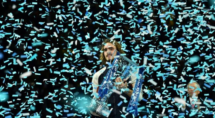 اليوناني ستيفانوس تستسيباس رافعا كأس بطولة الماسترز
