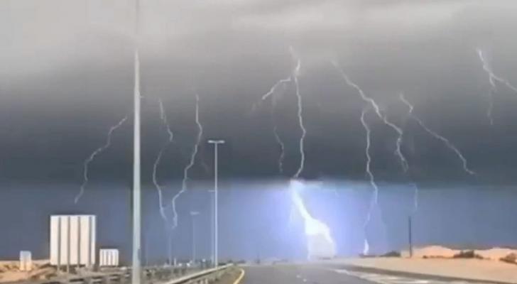 أمطار غزيرة وبرق ورعد في دولة الإمارات