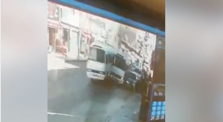 سائقا باصي كوستر يعرضون أرواح المواطنين الى الخطر