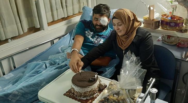 الصحفي العمارنة يحتفل بعيد زواجه على سرير الشفاء