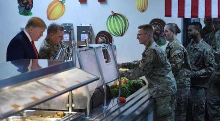 ترمب يقدم الطعام لجنوده