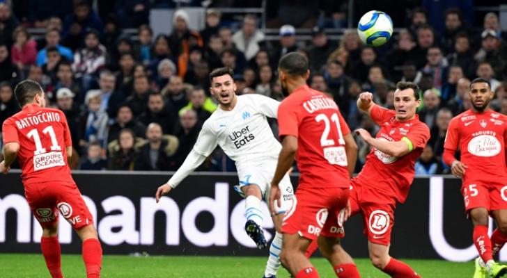 الصربي نيمانيا رادونييتش جناح مرسيليا لحظة تسديده الكرة التي سجل منها هدف الفوز في مرمى بريست (2-1)