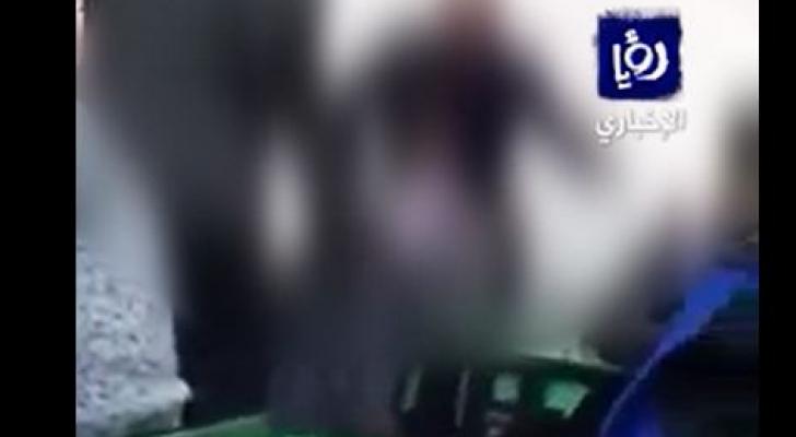 نشطاء: معلم يضرب طالب داخل مدرسة في عمان .. والتربية تتوعد