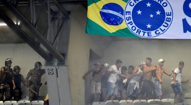 شرطة مكافحة الشغب في مواجهة جمهور كروزيرو في المدرجات خلال المباراة ضد بالميراس في الدوري البرازيلي