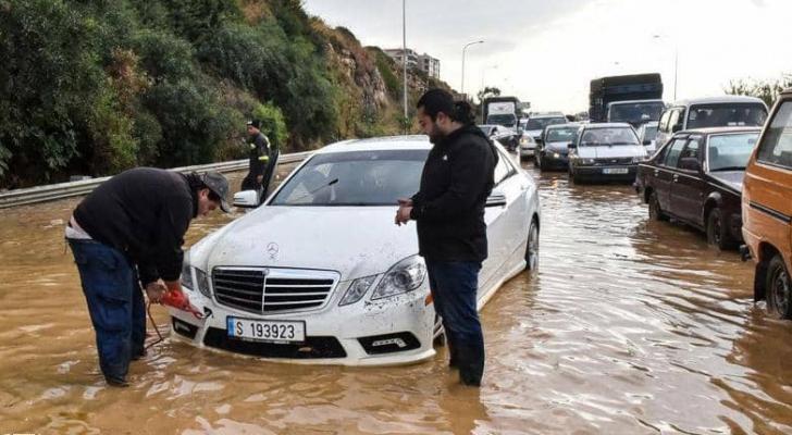 سيول بالمنازل والأمطار تختلط بالصرف الصحي في لبنان