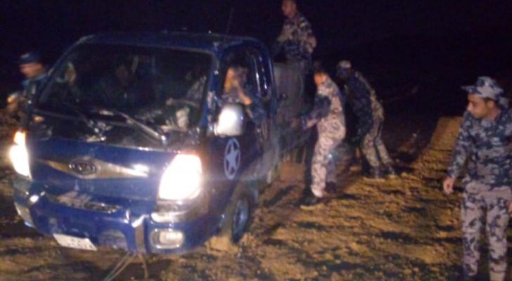 انقاذ شخصين علقت مركبتهم داخل مجرى سيل بمنطقة سد الكفرين
