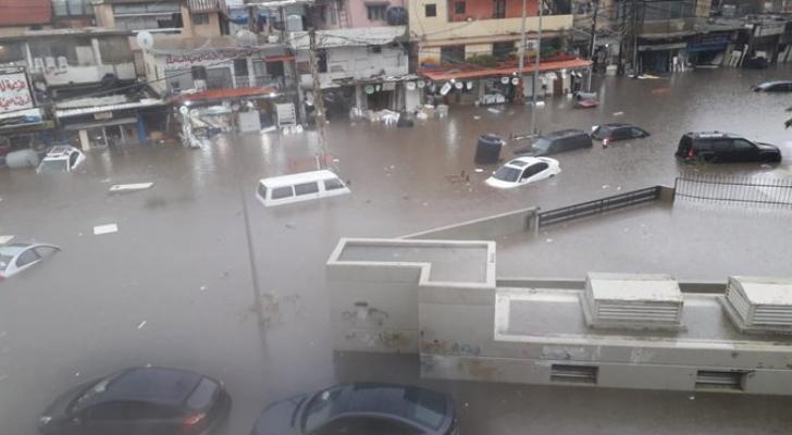الأمطار الغزيرة تحول الشوارع في لبنان إلى أنهار