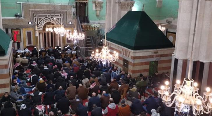 آلاف الفلسطينيين يصلون الفجر بالمسجد الإبراهيمي