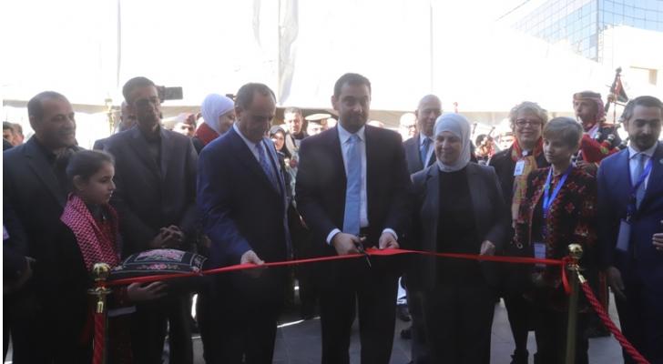 "الحموري خلال افتتاحه بازارا بعنوان ""شغلي من بيتي"""