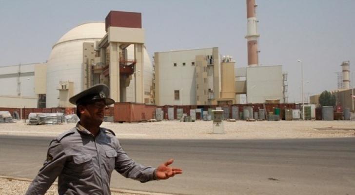شرطي يمر بجانب منشأة بوشهر النووية - ارشيفية