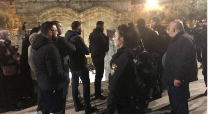 """الاحتلال يعتدي على المصلين في """"باب الرحمة"""" ويعتقل شابين"""
