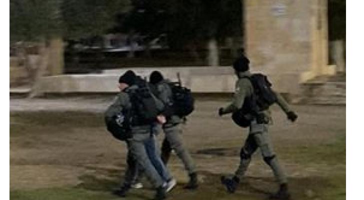 الاحتلال يقتحم مصلى باب الرحمة ويعتقل عدد من المصلين