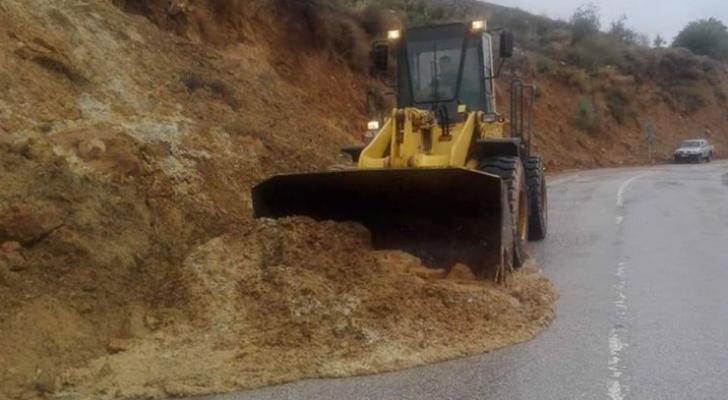إزالة انهيارات صخور وأتربة طريق برما في جرش