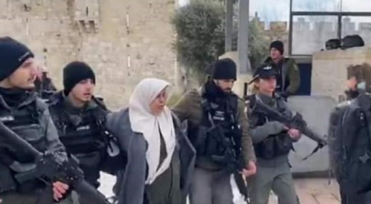 الاحتلال يعتقل فلسطينية أمام باب العامود وسط القدس