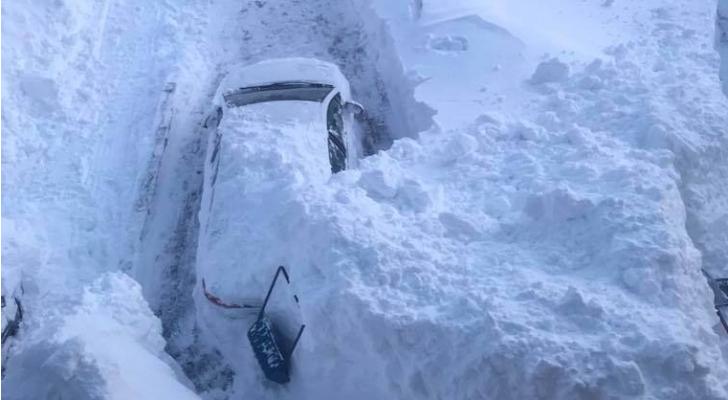 عاصفة ثلجية تغطى المنازل والسيارات في كندا