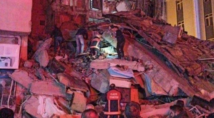 من أثار الدمار الذي ضرب شرق تركيا