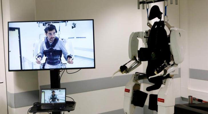 الروبوت يأخذ قياسات المريض الحيوية وينقلها للأطباء خارج الغرفة عبر شاشة