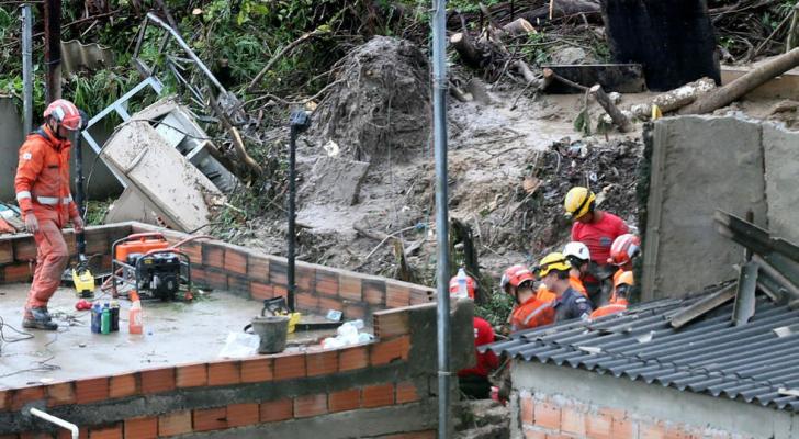 رجال الإنقاذ يبحثون عن ناجين بعد مرور عاصفة في حي فيلا المثالي في بيلو هوريزونتي - رويترز