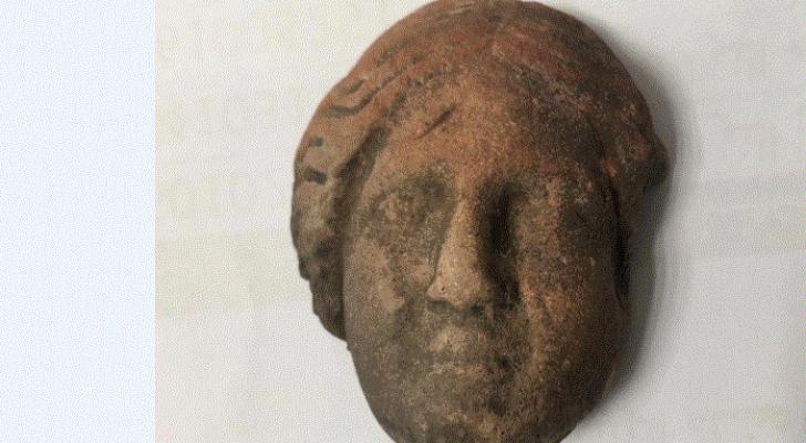 سائح يعثر على على رأس أثري لأمرأة في البترا