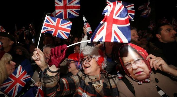 احتفال الخروج في ميدان البرلمان البريطاني.. ويظهر قناعا للملكة إليزابيث الثانية