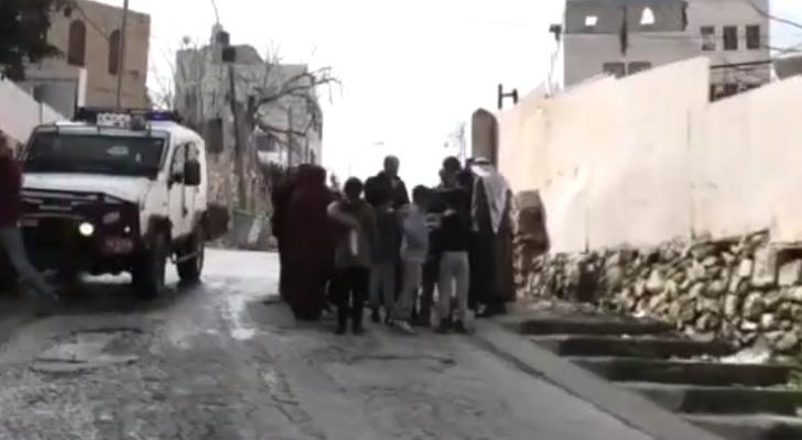 مستوطنون يهاجمون عائلة بالخليل