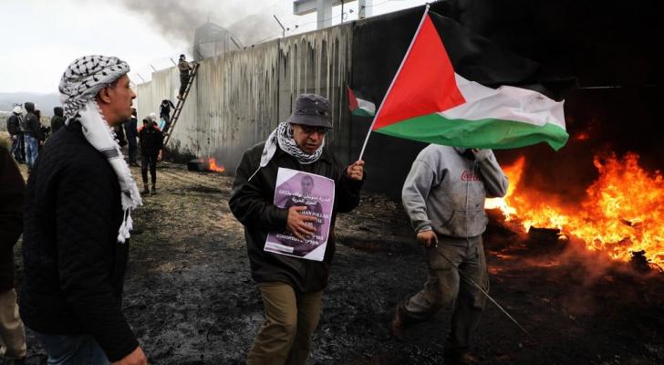 الصورة من مواجهات بين الشبان الفلسطينيين وقوات الاحتلال