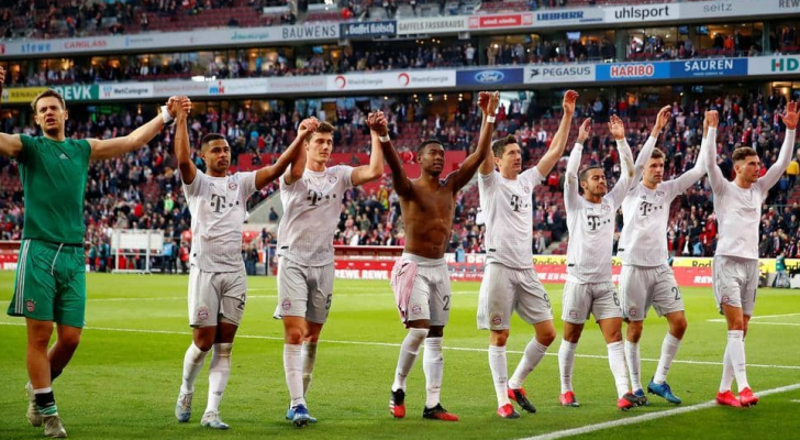 يحتفل لاعبو بايرن ميونخ بالفوز