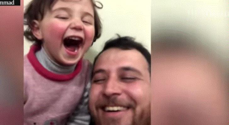لحمايتها من الصدمة.. أب سوري يعلم طفلته الضحك كلما سمعت أصوات القذائف